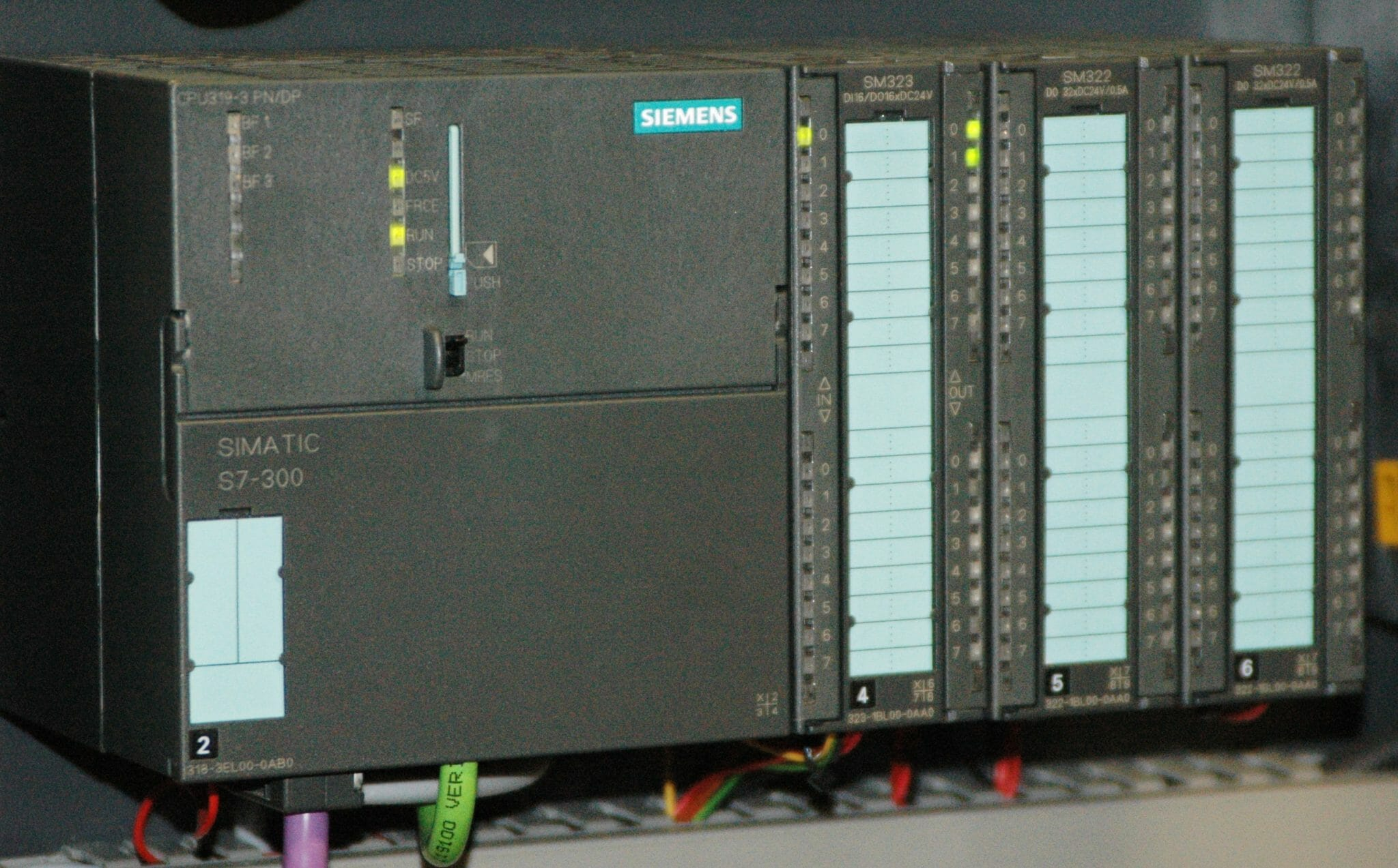 Siemens Simatic S7-300 PLC CPU with three I/O modules attached, Image By Ulli1105 - Own work, CC BY-SA 2.5, https://commons.wikimedia.org/w/index.php?curid=1623227